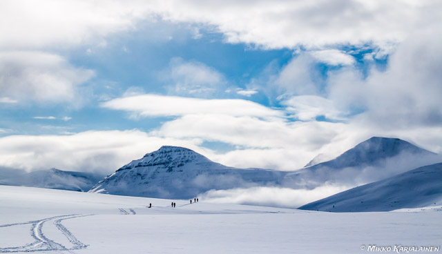 Pältsalle hiihtämässä